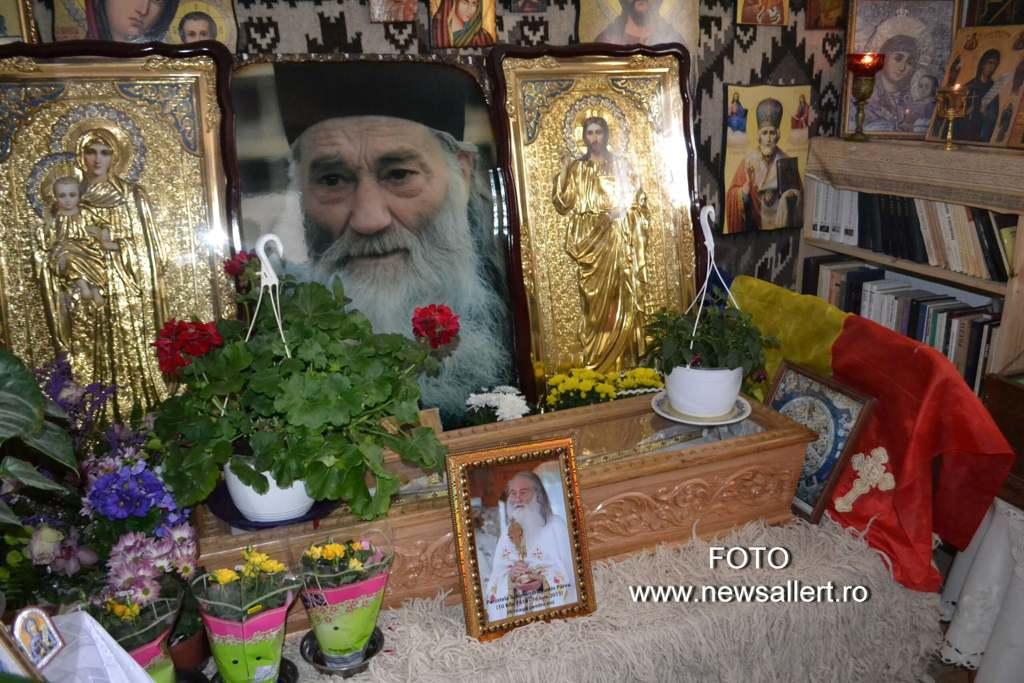 Mii de pelereni participă la slujba de pomenire de la Petru-Vodă: părinte Iustin, roagă-te lui Dumnezeu pentru ploaie!