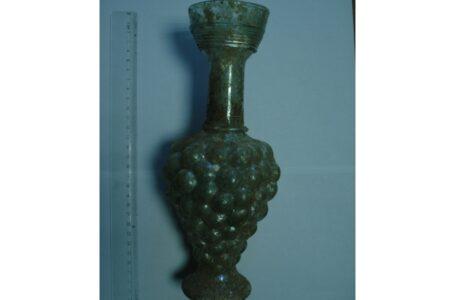 Un vas de sticlă vechi de aproape 2.000 de ani a fost confiscat de polițiștii din Neamț