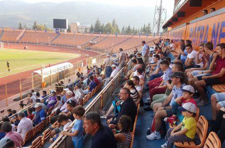 Sute de spectatori sunt prezenți la primul meci acasă al echipei CSM Ceahlăul Piatra Neamț