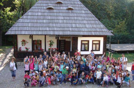 Excursie de poveste pentru 100 de copii defavorizați din Neamț