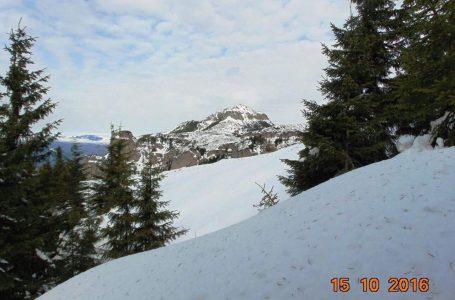 Deja iarnă grea pe Ceahlău! Zăpadă de un metru, copaci căzuți pe trasee!