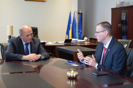 Ambasadorul Sloveniei s-a întâlnit cu primarul municipiului Piatra Neamț! Discuții pe turism și investiții!