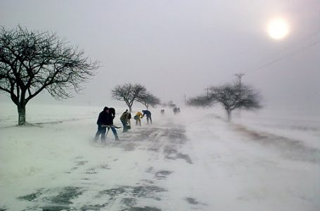 Mai multe drumuri județene din Neamț sunt blocate din cauza zăpezii