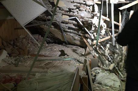 Tavanul fals s-a prăbușit peste pacienții cu handicap al unui centru din Roman! Șase bătrâni au ajuns la spital!