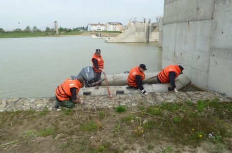 """ACUM!!! – Cadavru găsit de pompieri la barajul Reconstrucția Piatra Neamț! Este posibil să fie al tânărului de la Seminarul Teologic """"Piatra Neamț""""!"""