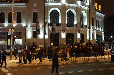 Protest la minus 12 grade! Aproape 100 pietreni au înfruntat gerul şi au ieşit în centrul oraşului!