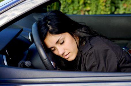 Ce rușine! O șoferiță beată a adormit cu capul pe volanul mașinii! S-a întâmplat în cartierul Precista din Piatra Neamț!