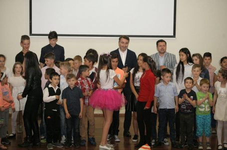 FOTO-GALERIE Spectacol pentru copiii din centrele de plasament, organizat la inițiativa președintelui CJ, Ionel Arsene și a prefectului Vasile Panaite