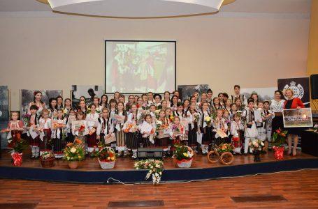 """Primul CD al clasei de canto populară a Centrului pentru Cultură şi Arte """"Carmen Saeculare"""" (foto-galerie)"""