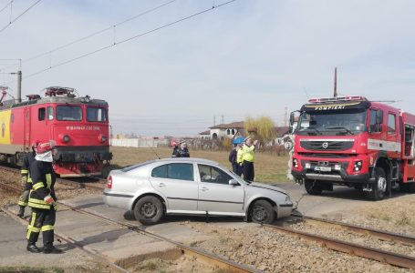 Mașină lovită la Cordun de un tren plin cu 200 de pasageri