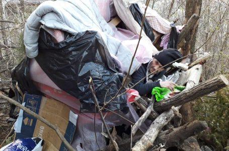 Doi amărâți fără casă și-au făcut o colibă în copac pe dealul Cozla