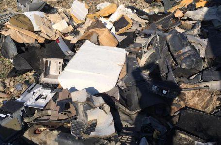 Pietrean amendat după ce a depozitat pe malul Bistriței peste o tonă de deșeuri provenite din dezmembrarea mașinilor