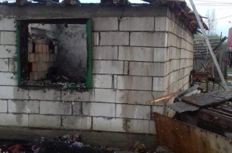 Bărbatul din Tupilați care și-a dat foc la casă a fost reținut de polițiști