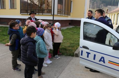 Sediul Poliției Bicaz, luat cu asalt de 250 copii