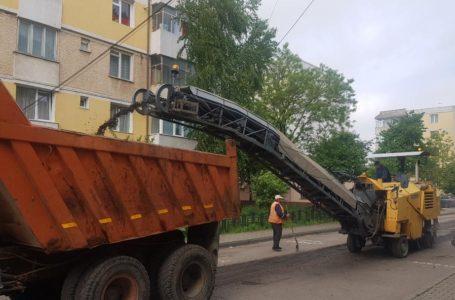Municipiul Piatra-Neamț continuă primenirea cu asfaltări, amenajări și toaletarea spațiilor verzi