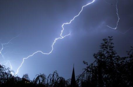 Peste 3.000 de familii din Neamț nu au energie electrică, marți dimineața, din cauza furtunii