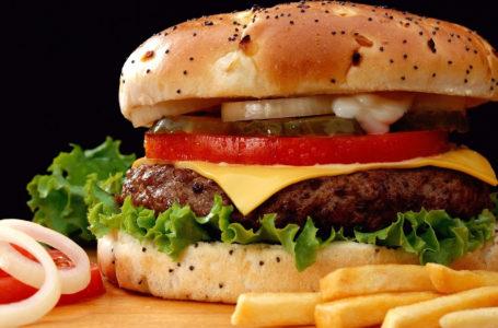 Șocant! Ce conține un hamburger de la un fast-food din Piatra-Neamț!