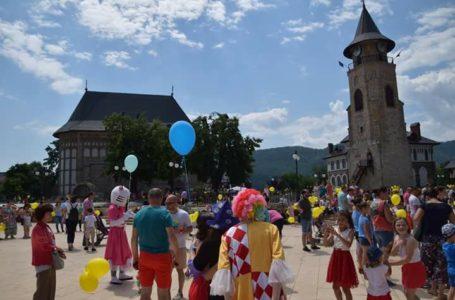 Astăzi, flash-mob la Curtea Domnească Piatra-Neamț: Zâmbește și îmbrățișează orice copil!