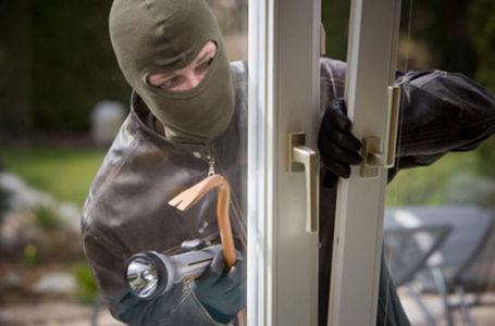 Hoț prins în casă de o femeie! Individul a devenit agresiv!