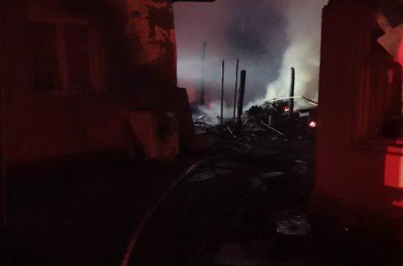 Trei case și mai multe anexe din Zănești, făcute scrum în urma unui incendiu (foto-galerie)