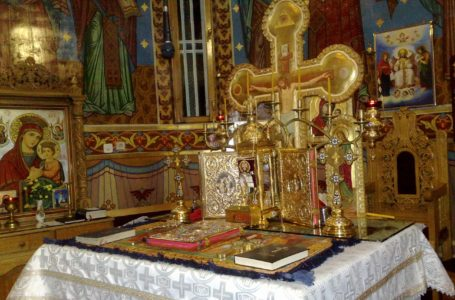 Altarul unei biserici din Piatra-Neamț, deschis astăzi pentru femei și bărbați să se închine în interior