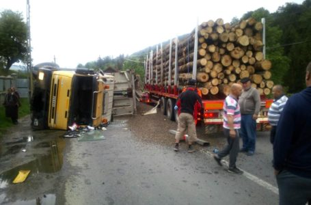 Actualizare accident Pipirig! Ciocnire frontală între un TIR cu lemne și un camion cu nisip!