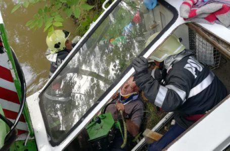 Acțiune de salvare a unui bărbat care s-a răsturnat cu tractorul într-un pârâu (foto-galerie)