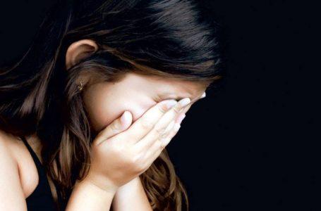 Fetița snopită în bătaie de mamă a fost preluată de DGASPC Neamț! Polițiștii au deschis dosar penal!