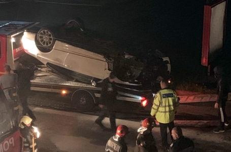 Polițiștii explică modul în care s-a răsturnat aseară mașina pe Calea Romanului (video)