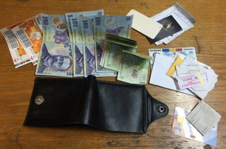 Portofel cu valută, lei și carduri bancare, găsit pe o bancă de la Curtea Domnească Piatra-Neamț