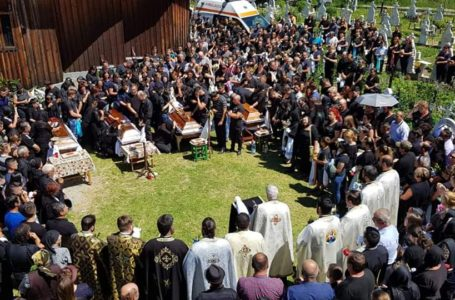 Patru sicrie, patru morți. Tinerii decedați în accidentul din Bistricioara au fost înmormântați.