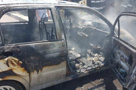 Fetiță arsă pe față și pe mâini după ce a luat mașina foc