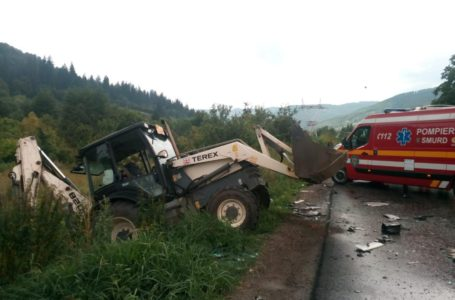 Accident între un autocar, un excavator și un autoturism la Pângărați