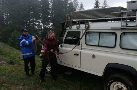 Doi turiști elvețieni, blocați pe malul unei râpe pe axial