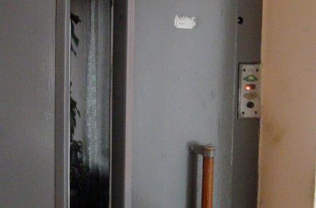 Doi copii răniți după ce un lift a căzut de la etajul 6 al unui bloc din Piatra-Neamț