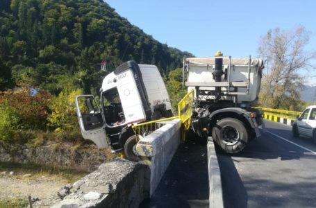 TIR suspendat pe podul de la Preluca