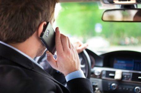 ATENȚIE ȘOFERI! Din 12 octombrie, AMENZI URIAȘE și PERMISE SUSPENDATE pentru șoferii care fac live sau țin în mână telefonul!
