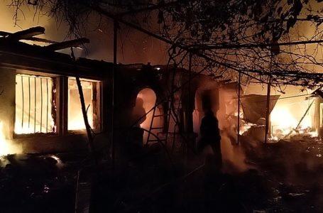 Un bătrân din Neamț a murit după ce casa i-a luat foc de la o lumânare