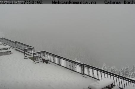 A început să ningă în județul Neamț (video)