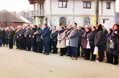 Senatoarea PSD Emilia Arcan, rătăcită printre liberali la înmormântarea primarului de Tazlău