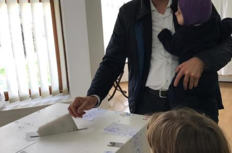 Deputatul Iulian Bulai, vicepreşedinte al USR, a venit cu familia la vot