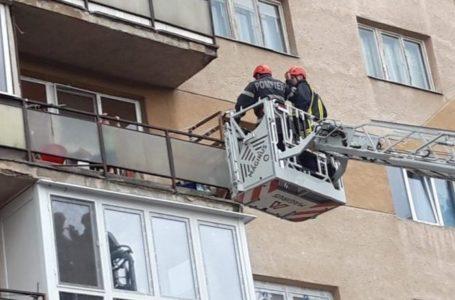 O fetiță de un an și jumătate și-a închis mama pe balcon! Au intervenit pompierii din Piatra-Neamț!