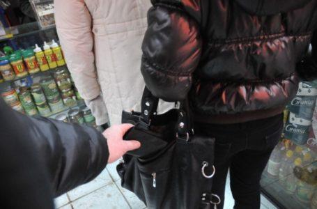 Femeie urmărită în Piatra-Neamț de 3 hoți! Au jefuit-o și au fugit!