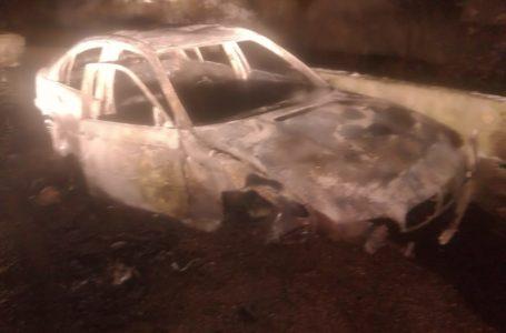 Mașina făcută scrum după ce s-a izbit de parapet la Bicaz Chei