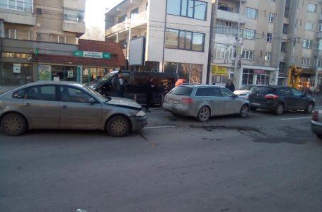 Coliziune în lanț, în fața Școlii 4 din Piatra-Neamț
