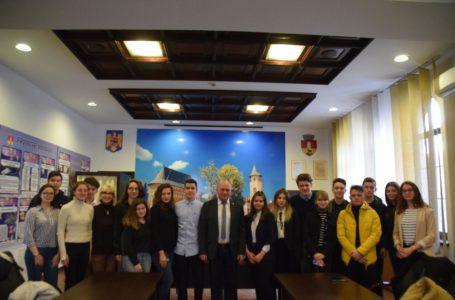 """Tinerii din Piatra-Neamț, sprijiniți de Primărie pentru a deveni o """"voce"""" puternică"""