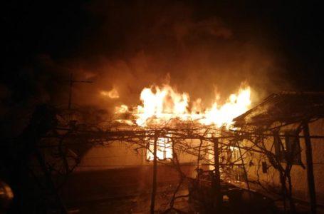 Incendiu la Grumăzești! Proprietarul a suferit atac de panică.