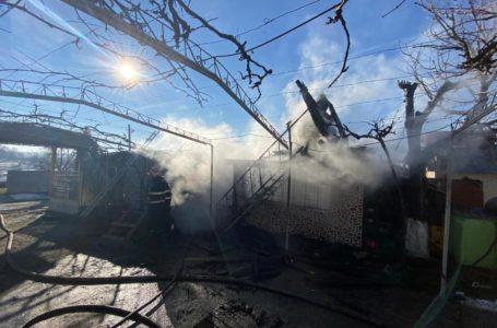 Magazin cuprins de flăcări! Intervin pompierii ISU Neamț!
