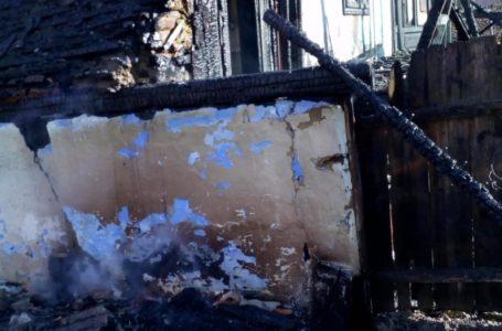 Casă făcută scrum de un incendiu la Grumăzești