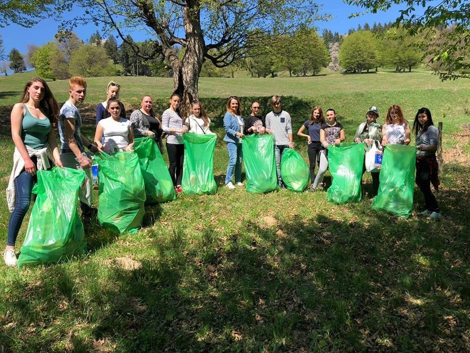 """Elevii de la Colegiul Tehnic Forestier au ecologizat dealul Cârlomanu în cadrul campaniei """"Piatra Curată"""""""